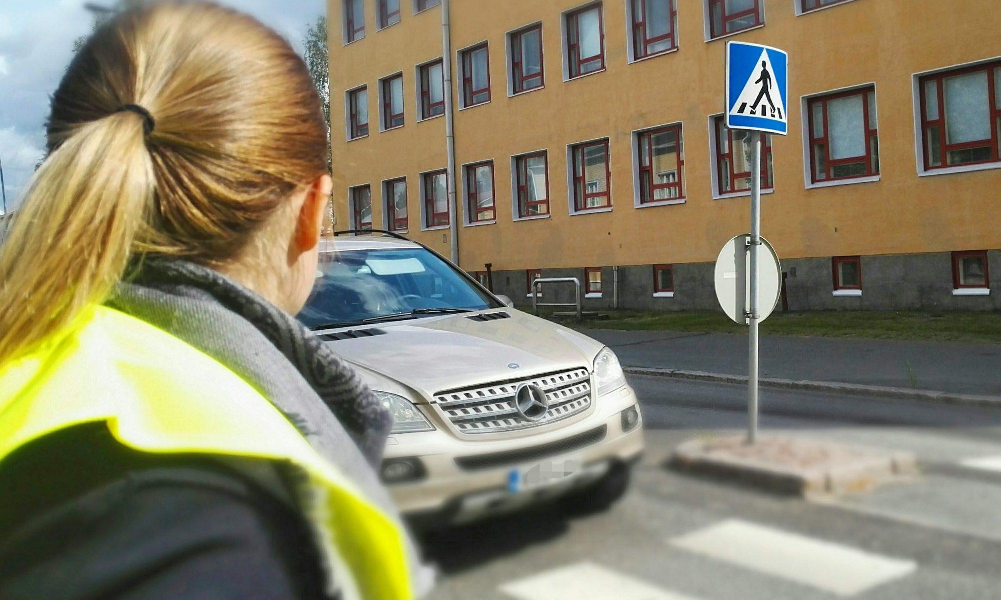 Auto lähestymässä suojatieta Teuvo Pakkalan kadulla koulujen alkajaispäivänä