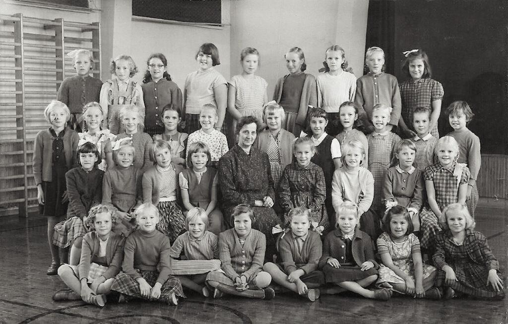Hanna Leinosen 4. luokka Teuvo Pakkalan koulussa vuonna 1957. Mirja Tuliniemi os. Honka on ylärivissä oikealla.