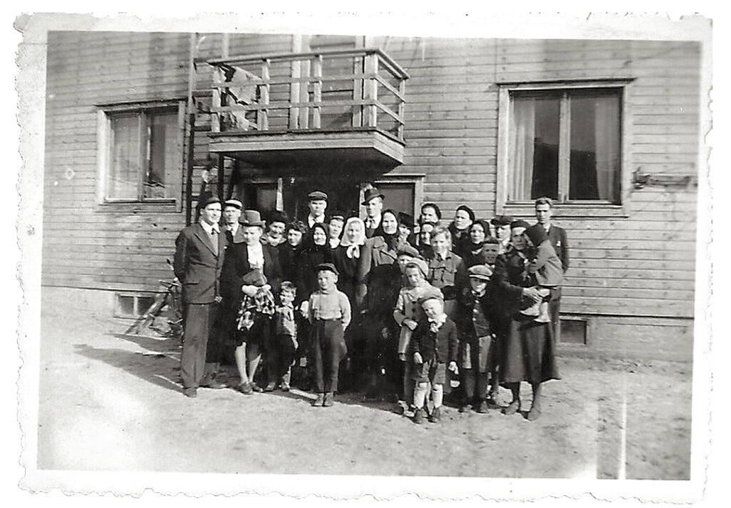 Hongan mummua saatellaan Amerikan matkalle Puutarhakatu 14:n pihalla 1949.