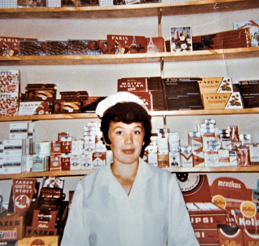 Irma Hartikka työskenteli Impolassa. Aluksi myymälässä tuotteet olivat  tiskin takana kuten muissakin tuon aikakauden kaupoissa.