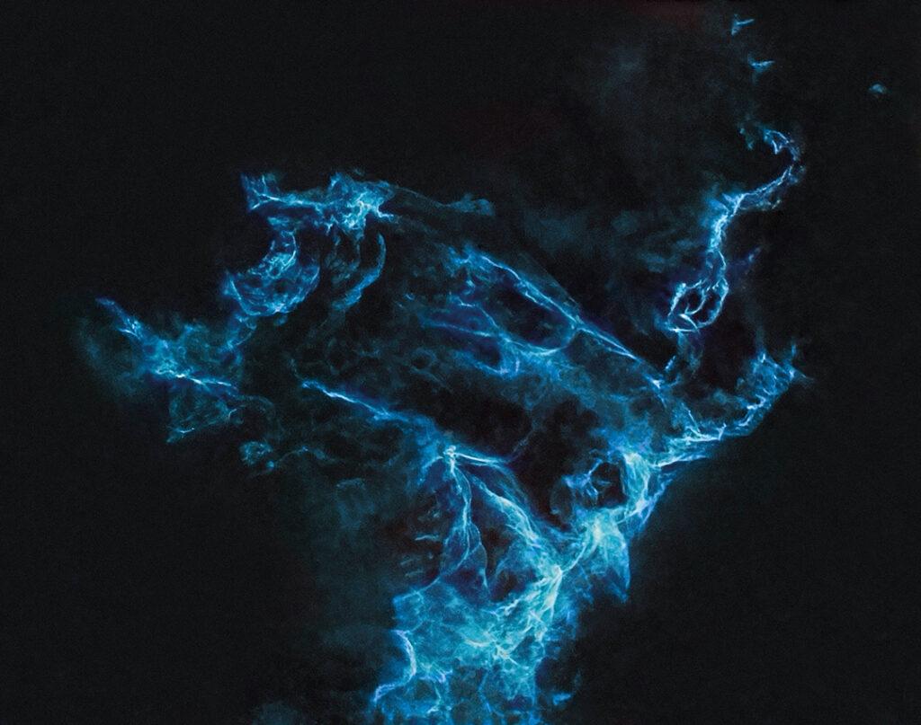 C 1340 Itäinen harsosumu. Kuvassa näkyvänä puhdasta inonisoitua happea, ei tähtiä, valotusaika noin viisi tuntia. Näyttää sähköiseltä versiolta Samothraken Niken, antiikin Kreikan voiton jumalattaren, veistoksesta.