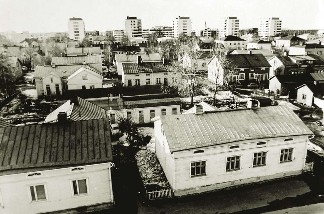 Näkymä Puu- ja Kivi-Raksilaan Teuvo Pakkalan kadun suunnalta