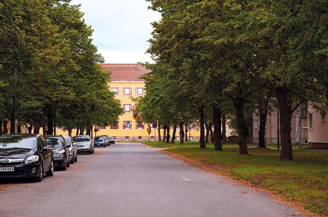 Teuvo Pakkalan koulu Puistikkokadun päätesommitelmana.