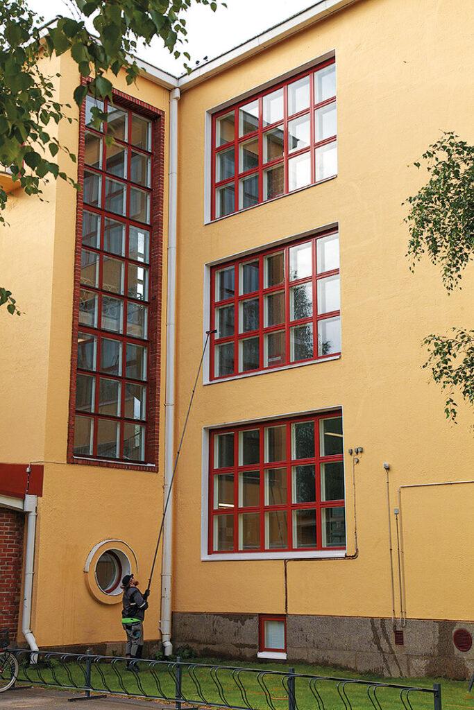 Teuvo Pakkalan koulun ikkunoiden syyspesu.