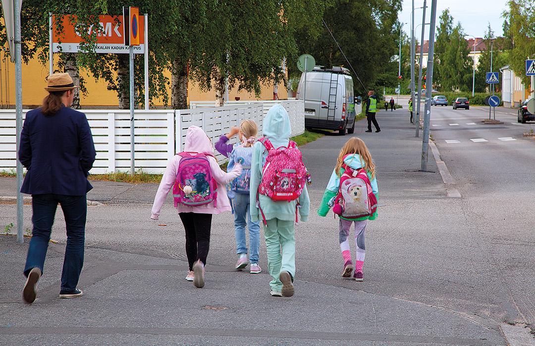 Asukasyhdistys järjesti Turvallinen koulutie -tempauksen elokuussa koulujen alkaessa. Teuvo Pakkalan kadun vilkas liikenne ja ajoittain korkeat ajonopeudet ovat liikenneturvallisuuden kannalta iso haaste.