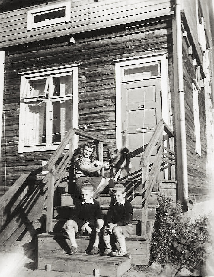 Reijo Lehdon koti Vainionkatu 4, nyk. Teuvo Pakkalan katu 4. Kodin rappusilla äidin kanssa Kai ja Reijo Lehto sekä naapurin Penu-koira.